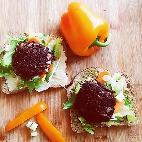 Veganistische zwarte bonenburgers met champignons