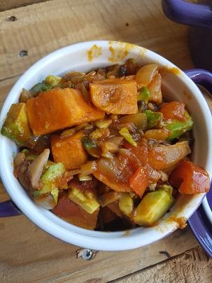 Vegan zoete aardappel groentestoof – vegan –veganistisch – vegan magazine – vegan tijdschrift – vegan recepten – veganistisch eten – aardappel recept – zoete aardappel – recepten – vega – dagje zonder vlees – vegan tijdschrift – gezond eten – vegalifestyle.nl
