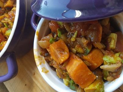 Vegan zoete aardappel groentestoof – vegan –veganistisch – vegan magazine – vegan tijdschrift – vegan recepten – veganistisch eten – groente – zoete aardappel – recepten – vega – dagje zonder vlees – gezonde recepten – gezond eten – voeding – afvallen