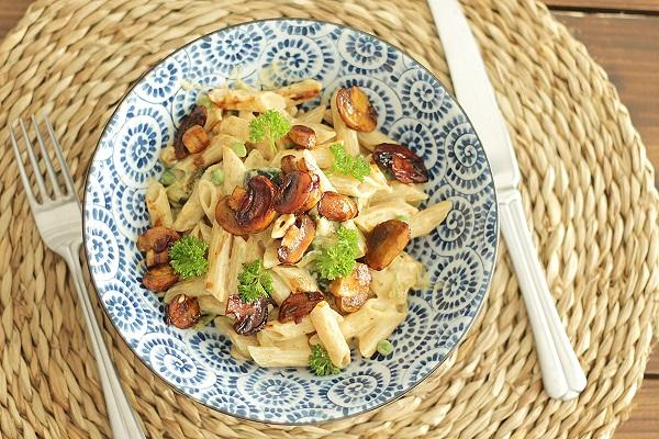 Romige vegan pasta met kruidige champignons