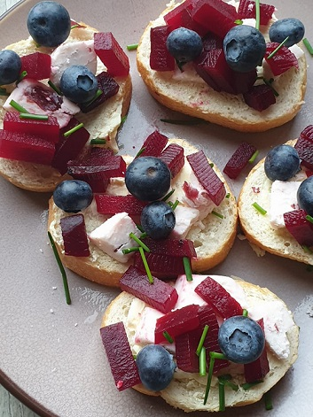 Stokbroodjes met vegan kaas, rode bietjes en blauwebes