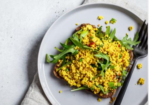 vegan eiersalde is makkelijk om zelf te maken voor bijvoorbeeld een vegan paasbrunch