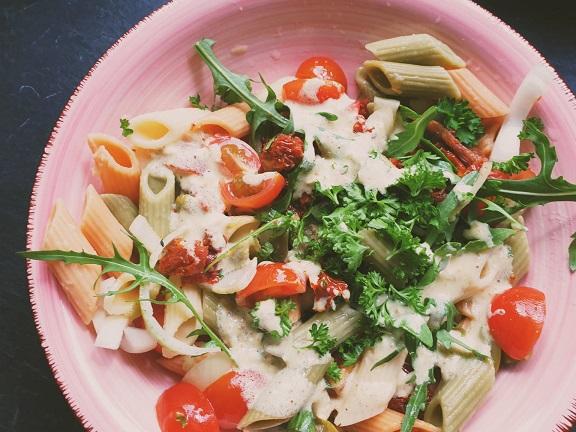 vegan pastasalade gewoon als maaltijdsalade of als bijgerecht.