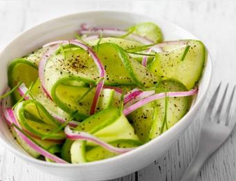 zure komkommersalade makkelijk, lekker en snel klaar