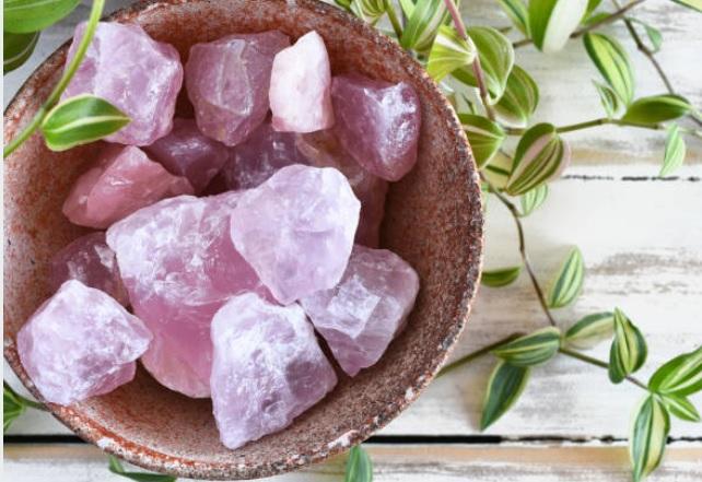 rozenkwarts en geweldige edelsteen. Wat doet de rozenkwarts?